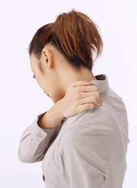極度の筋肉の緊張が引き起こす慢性的な症状